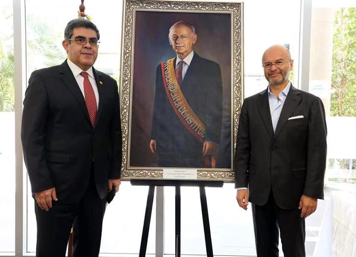 Donación de retrato de Sixto Durán Ballén a la UDLA